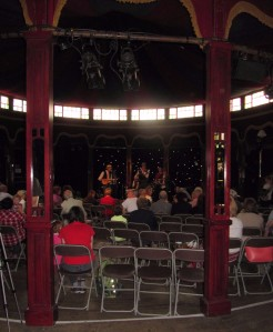 Ukelele Sunshine Revival performing in Le Moulin Rouge